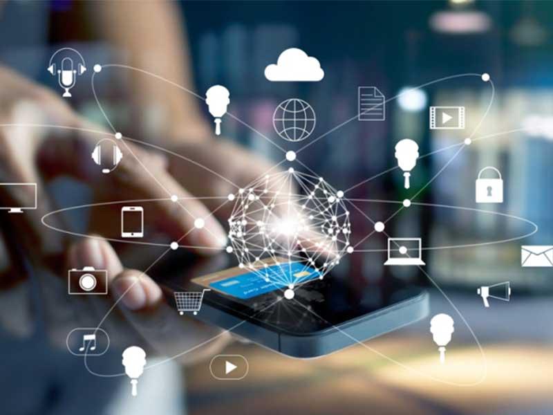 La stratégie omnicanale favorise les interactions entre l'entreprise et ses clients, en mettant à disposition de ces derniers toute l'information disponible