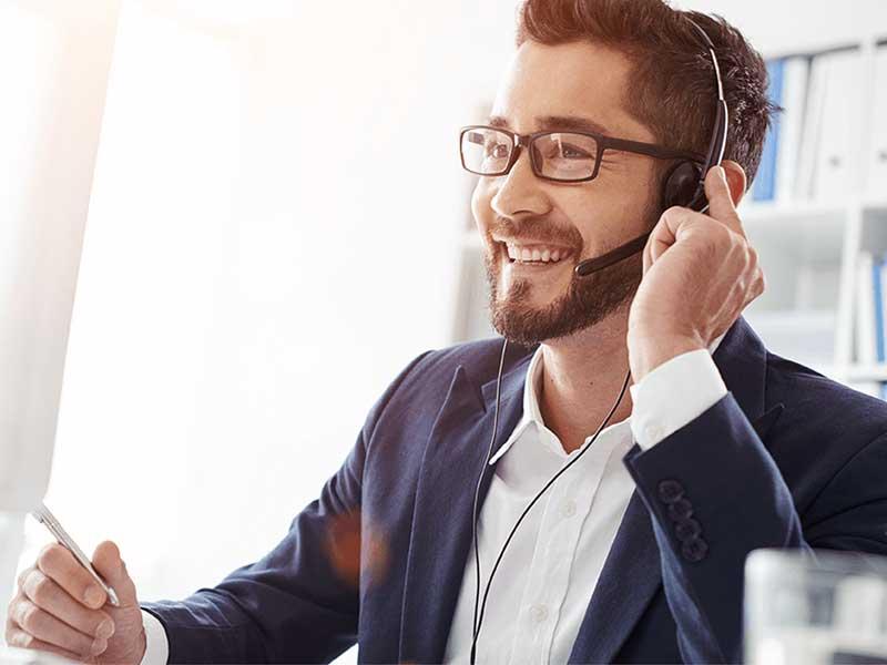 Un centre d'appel téléphonique est une plateforme d'appel qui prend en compte les appels des abonnés. Mais aide aussi à trouver des prospects.