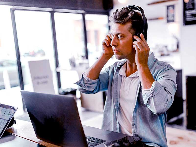 Le routage téléphonique redirige les appelants vers des agents spécifiques qui prendront en charge leurs demandes. Limitant ainsi la DMT et haussant la satisfaction client.